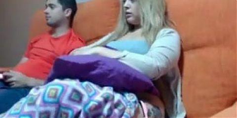 Se mostrando escondida do namorado na web cam